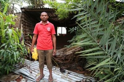António Manuel, qui vit à Pemba, dans le nord du Mozambique, est devant sa maison détruite par le cyclone Kenneth dans la nuit du 25 avril.