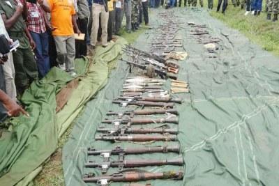 Une vadrouille d'armes à feu illégales au Burundi. Les communautés vivant dans les zones frontalières où il y a une forte concentration d'armes illégales entre les mains des civils ne font pas confiance à leurs gouvernements pour les protéger contre les communautés à travers les frontières.