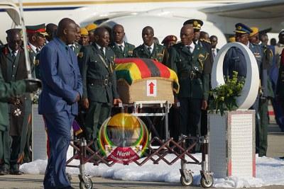 Le cercueil contenant le corps de Robert Mugabe arrive à Harare.
