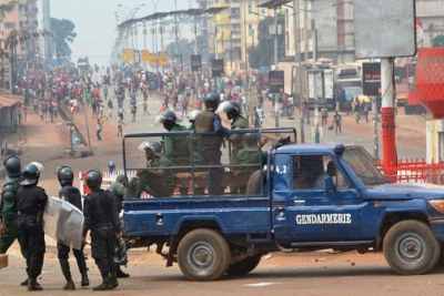 Des policiers et gendarmes guinéens font face à des manifestants à Conakry le 6 février 2018, lors d'une manifestation concernant les résultats contestés d'élections locales. En juillet 2018, le gouvernement guinéen a imposé une interdiction générale de manifester dans le pays, invoquant les risques à la sécurité publique.