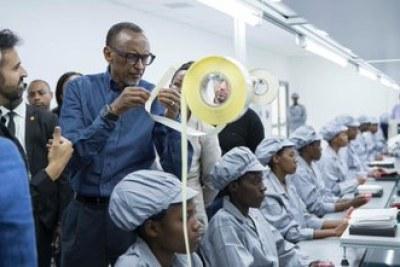 PHOTO: «Notre monde change rapidement. Garder le rythme nécessite une innovation constante. C'est la voie que le Rwanda a choisie pour notre développement. », A déclaré le Président Kagame lors du lancement officiel de l'usine de fabrication de Mara Phones. Pour voir plus de photos