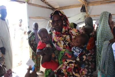 Une mère avec ses enfants à Monguno, dans l'Etat de Borno, au nord-est du Nigéria (archives).