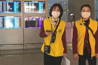 Les employés de l'aéroport portent des masques à l'aéroport international chinois de Chengdu Shuangliu.
