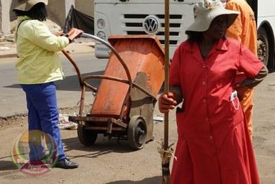 Jour 1 de confinement19 à Harare. Les nettoyeurs de voirie fonctionnent sans tenues de protection appropriées.