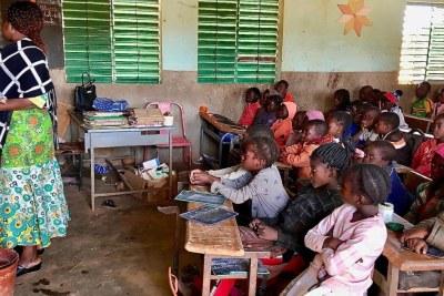 Une salle de classe d'une école primaire bondée à Kaya, dans la région du Centre-Nord au Burkina Faso, 29 janvier 2020.
