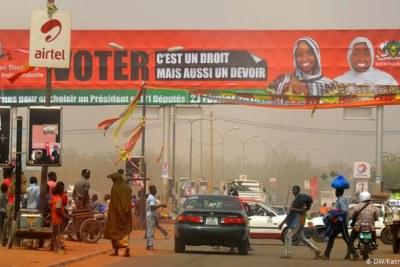 Almajiri mendiant à un carrefour animé de Niamey