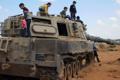 Children play on an abandoned tank in Libya (file photo).