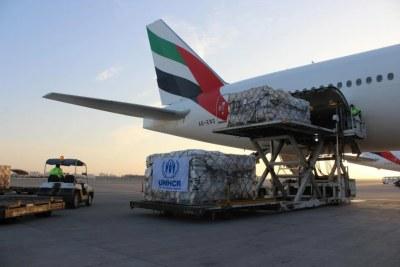 Du matériel de secours provenant de l'entrepôt du HCR à Dubaï sont chargés dans un avion-cargo à l'aéroport de Dubaï pour être acheminés vers le Soudan, où des dizaines de milliers de réfugiés éthiopiens ont fui ces dernières semaines.