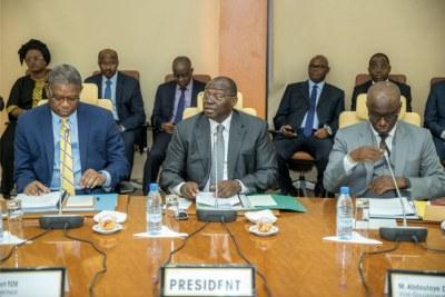 Monsieur Tiémoko Meyliet KONE, Gouverneur de la Banque Centrale des Etats de l'Afrique de l'Ouest (BCEAO), entouré des deux vice-gouverneurs