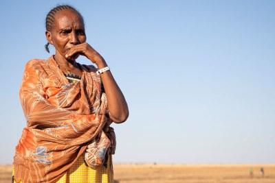 Une réfugiée éthiopienne du Tigré attend son transfert d' un centre d'accueil frontalier au Soudan.