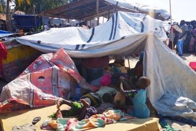Un groupe de personnes, ayant fui les violences dans plusieurs districts de Cabo Delgado, arrive dans la capitale provinciale, Pebma.