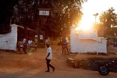 Vue de l'entrée de l'hôpital de Bambari. Décembre 2020. République centrafricaine.