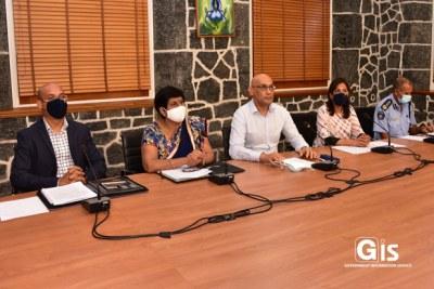 Des hauts fonctionnaires du gouvernement mauricien lors d'un briefing sur les mesures imposées suite à la détection de 16 nouveaux cas de COVID-19 dans le pays.