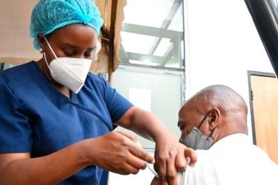 Un médecin administre un vaccin Covid-19 au siège du Kenya Medical Practitioners and Dentists Council à Nairobi