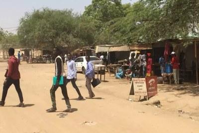 Des étudiants dans le quartier de Bololo, à Ndjamena. Mai 2021.