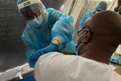 Injection contre le Covid-19 avec le vaccin AstraZeneca à Kinshasa, en avril 2021.