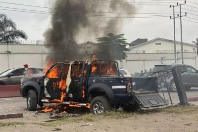Un pick-up en feu après les violences entre musulmans et force de l'ordre lors de la prière de fin de ramadan à Kinshasa, le 13 mai 2021.