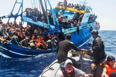 Un navire de la marine italienne vient au secours de migrants en mer Méditerranée.