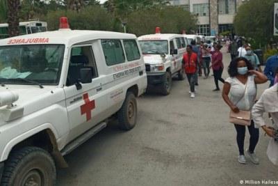 Des ambulances transportant des blessés victimes de bombardements aériens