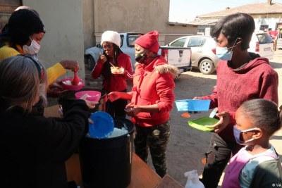 Des associations ont distribué gratuitement de la nourriture aux populations